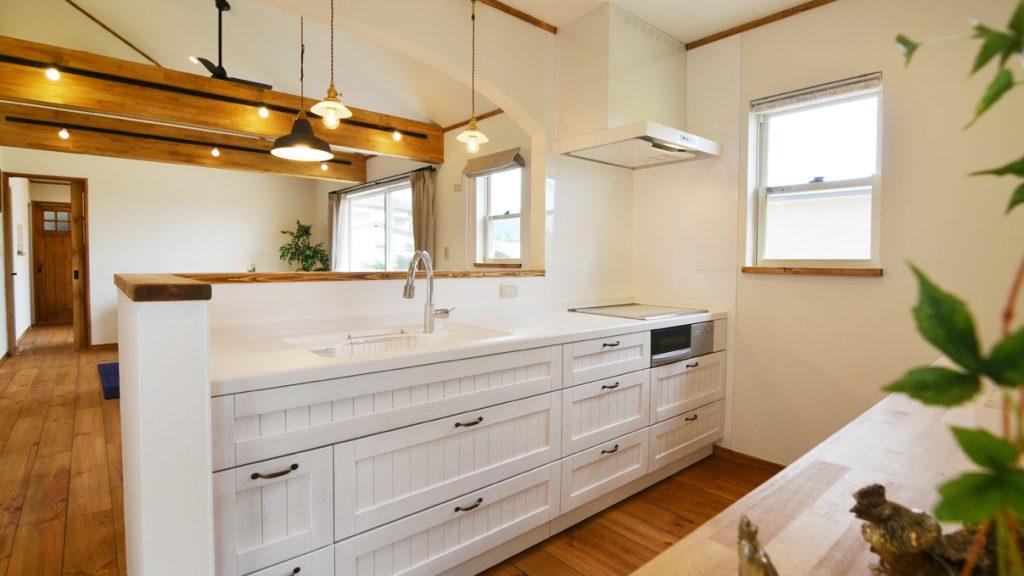 真っ白が可愛いタイル貼りのシステムキッチン